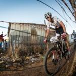 Jaroslav Kulhavý závodí v chudinské čtvrti Kayamandi