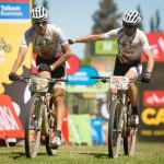 Zklamaný Jaroslav Kulhavý s Christophem Sauserem projíždí cílem druhé etapy Cape Epicu