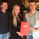 Jaroslav Kulhavý s trénérem Viktorem Zapletalem a Alena Finsterlová za společnost Nutrend prodloužili spolupráci až do OH v Riu